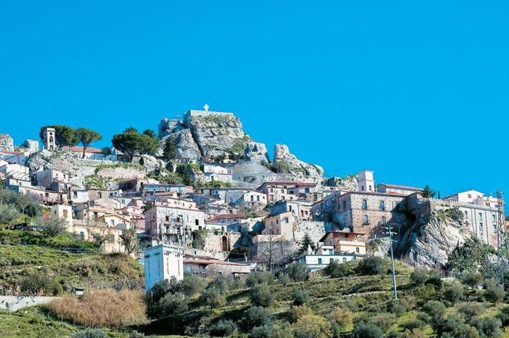 Η ορεινή Bova στέκει αγέρωχη αιώνες για να θυμίζει την ελληνικότητα του τόπου.