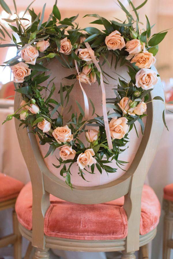 Zet de bruid in de bloemetjes - letterlijk ! - op haar vrijgezellenfeest met een bloemenkrans op haar stoel