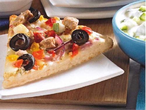 Greek Gyros Style met tzatziki:   1 Dr.Oetker Culinaria Greek Gyros Style,  1 komkommer,  200g Griekse yoghurt,  2 knoflookteentjes,  1 el olijfolie,  1/5 tl zout.    Bereiding: bak de pizza af volgens de aanwijzingen op de verpakking. Halveer de komkommer in de lengte en snijd in dunne plakjes. Doe de yoghurt, komkommer, knoflook en de olie bij elkaar in een kom en meng goed. Snijd de pizza in puntjes en serveer met tzatziki.