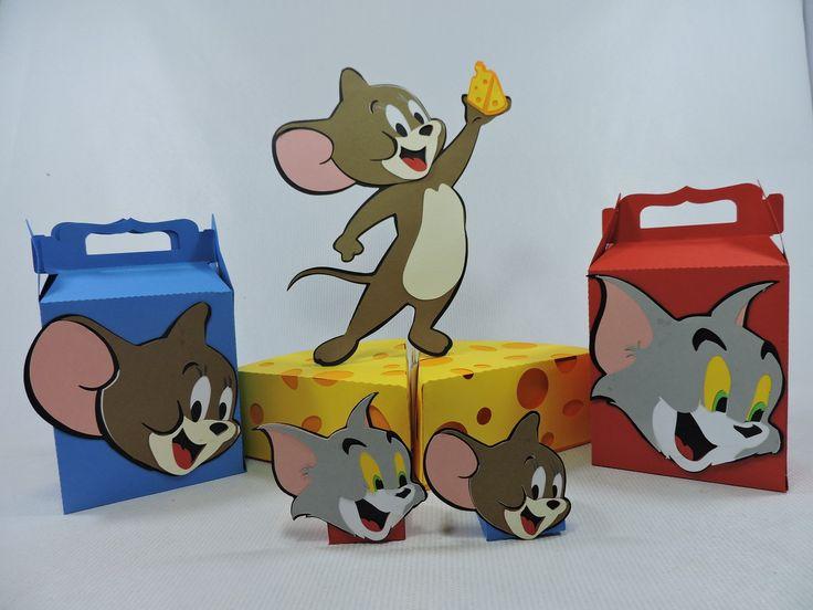 Kit de festa decorado no tema, produzido em papeis de alta gramatura, utilizando a técnica punch art, (sobreposição de papeis). <br> <br>kit composto por <br> 1 maleta do jerry <br>1 maleta do tom <br>1 forminha jerry, <br>1 forminha tom <br>1 topper de mesa jerry com queijo, <br>1 casinha de cachorro <br>1 caixa fatia de queijo <br> <br> <br>* obs: 6 caixas fatia de queijo formam o queijo inteiro.