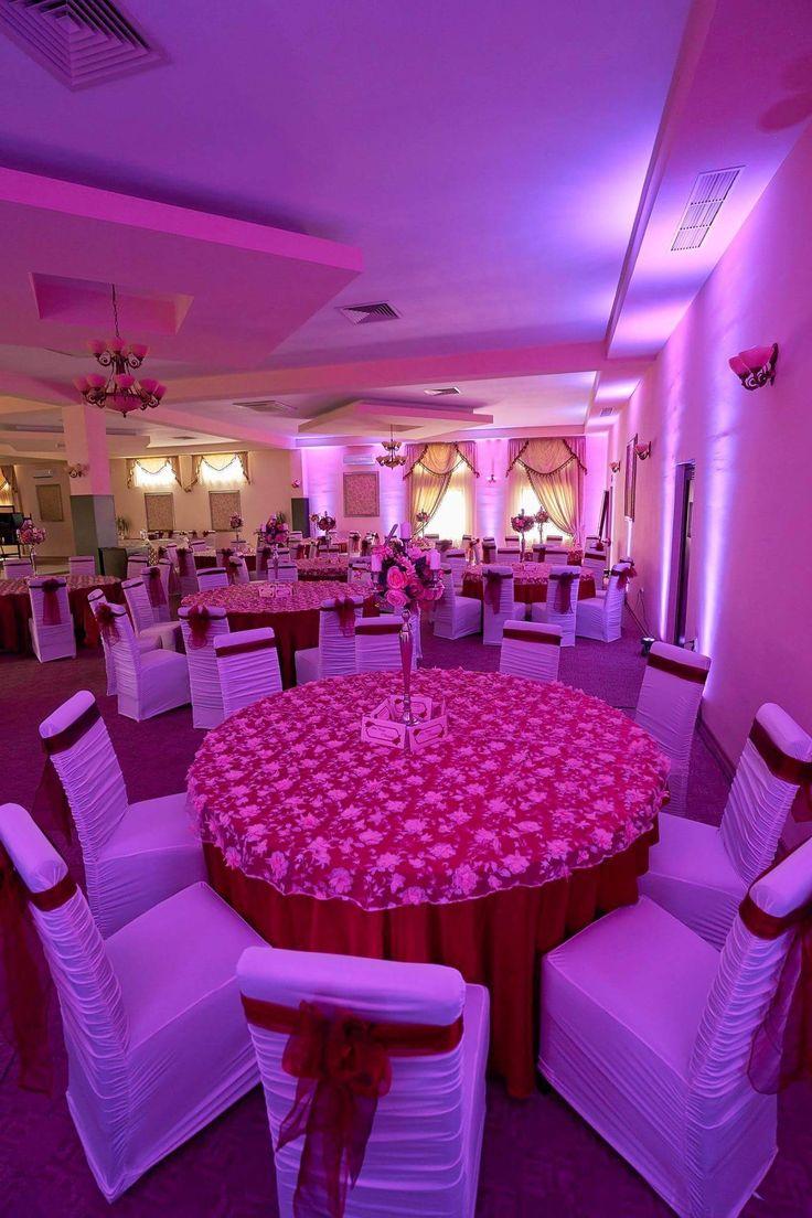 Decor central pentru mesele invitaților cu sfeșnice si aranjamente florale artificiale