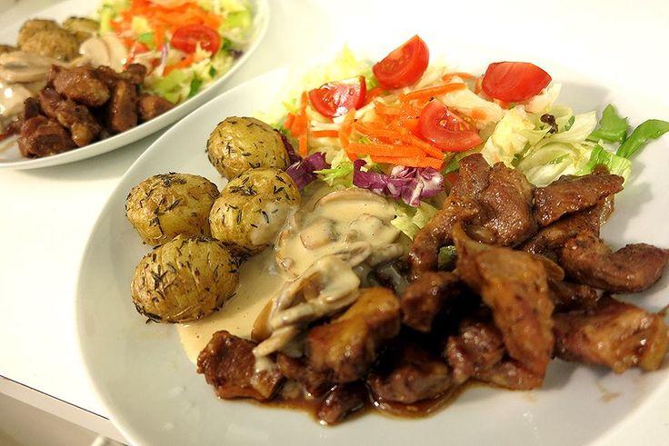 Ølbraiseret svinekød af nakke med champignonsauce, timiankartofler og frisk salat