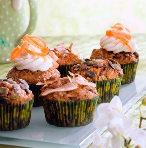 Dejlige, saftige gulerods-muffins, som kan pyntes med nødder, kokos, græskarkerner, glasur eller creme - det hele smager dejligt!