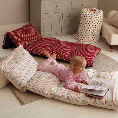 Bed in a Bag: coudre quatre ou cinq taies d'oreiller ensemble, garnir d'oreillers, et voilà!