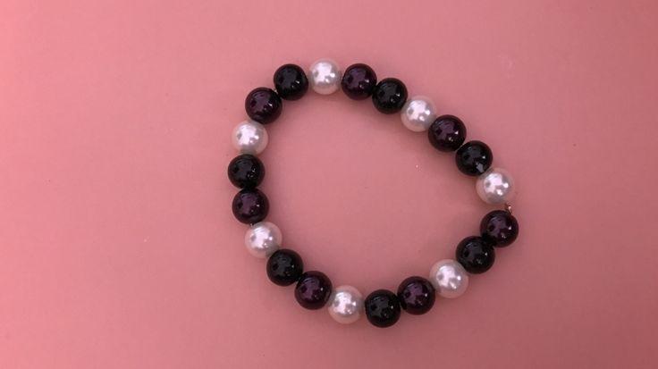 #Armband met drie #kleuren, wit (parel), zwart en donkerpaars.