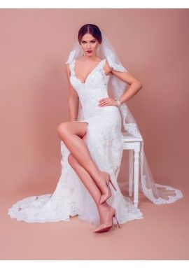 ALMA is a mermaid style wedding dress with a classy look. The deep V cleavage, the delicate waist and the slit skirt as well as the manual embroidery make ALMA a fascinating wedding dress.
