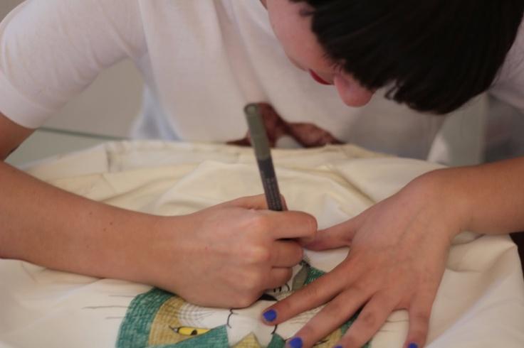 Pintando en directo vestido que se sorteaba en South 36-32n, de la marca Solitas. 2011