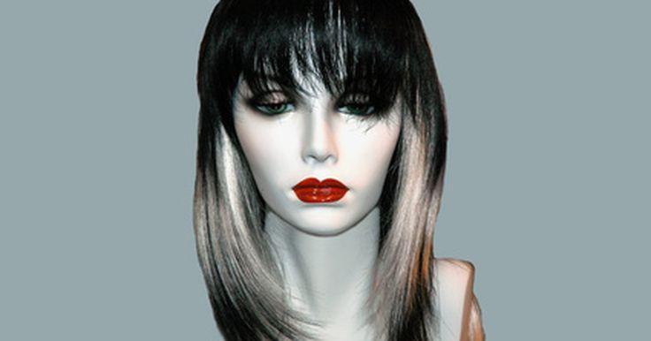 Como criar uma peruca em uma máquina de costura. Uma peruca completa possui uma malha de renda presa nela. Ela é customizada, aparada e colada na pele em volta da linha do cabelo. Ao fazer isso, a peruca ficará perfeita, como um cabelo real. Quando feita e aplicada corretamente, uma peruca nunca deve aparentar ser uma peruca; ao invés disso, deve parecer cabelo crescendo do couro cabeludo.