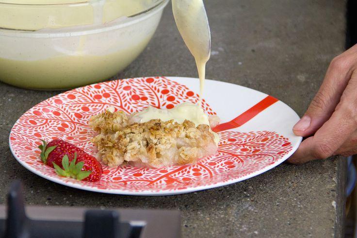 Un crumble di rabarbaro. E' la ricetta di Filippa Lagerback nella nostra cucina. Ha usato anche una deliziosa salsa di vaniglia per completare il piatto.