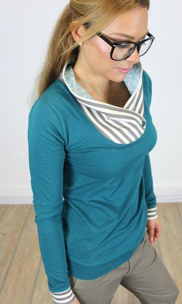 Elegantes langarm Shirt aus petrol-blauem Baumwolljersey. Der überkreuzte Rollkragen in einem gestreiften Jersey ist einem süßen Eulen-Mond-Bäumchen P