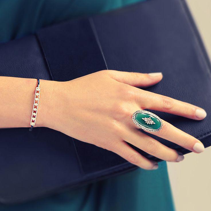 Un bracelet raffiné associé à une bague rétro, mélangez les époques ! #OrBlanc #Perles #BijouxPrécieux