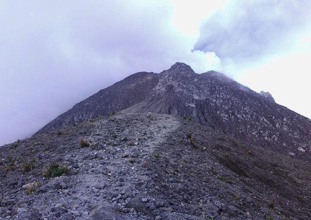 Gunung Merapi. Salah satu gunung berapi paling aktif di Indonesia