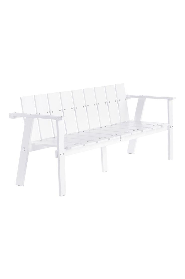 Luta dig tillbaka i en stilren soffa i klassisk design, som passar lika bra till matbordet på altanen som till din gröna oas på balkongen. Material: Trä. Storlek: Höjd 75 cm, bredd 162 cm, djup 60 cm, sitthöjd 41 cm. Beskrivning: Soffa av massiv vitmålad furu. Viss montering krävs. Monteringsanvisning medföljer. Tips/råd: Det bästa sättet att förlänga livet på möbler som står utomhus är att rengöra den regelbundet, inte lämna dem oskyddade utomhus mer än nödvändigt och att måla om dem me...