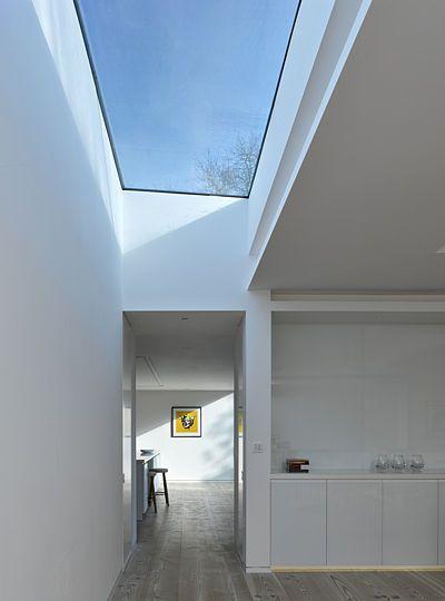 Interiér obou podlaží zalévá světlo dopadající skrz velké světlíky.