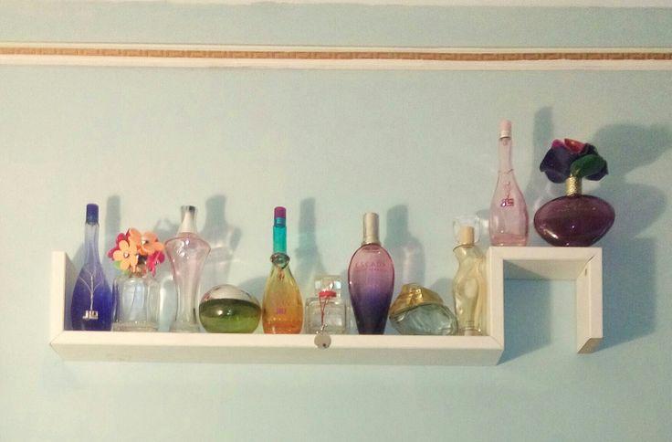 No tires tus botellas de perfume vacías, usalascomo adorno en tu pared