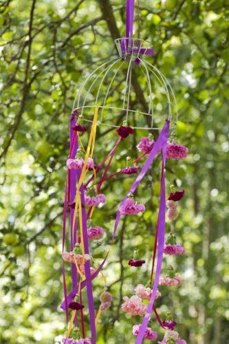 Nellikuro  Å dekorere med friske blomster til sommerfesten er alltid vakkert.  Lag en flagrende og fargerik blomsteruro til å henge i et tre eller  under tak.