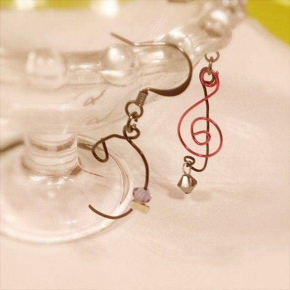 メロディを支えてくれる大事な大事なヘ音記号に愛をこめて、作ったピアスです。 ヘ音記号の・と ト音記号の下にスワロフスキーを付けました。ト音記号を構成する二つの...|ハンドメイド、手作り、手仕事品の通販・販売・購入ならCreema。