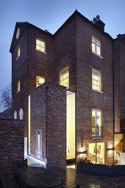 Dům za noci září do okolí jako lucerna.