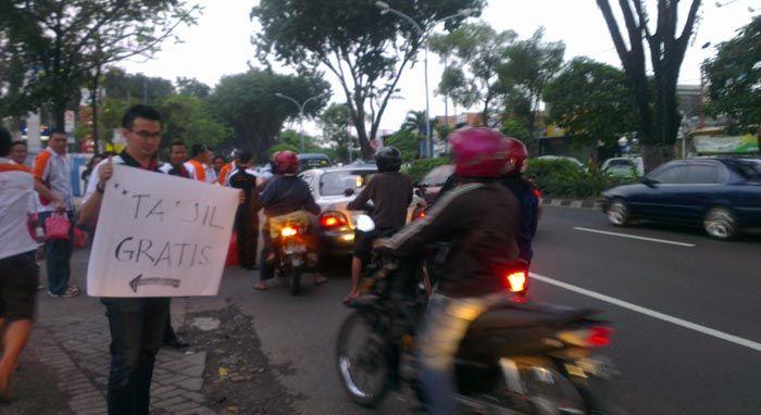 Toyota Soluna Vios Club (TSVC) Surabaya Bagi-Bagi Takjil