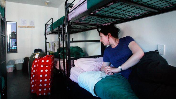 """On les appelle YMCA aux Etats-Unis, """"hostels"""" au Royaume-Uni, auberges de jeunesse en France. Ces hébergements à moindre frais ont vu le jour il y a plus de cent ans en Allemagne. Autrefois véritables symboles de solidarité et d'amitié, elles s'adaptent aujourd'hui à une nouvelle clientèle sans limite d'âge ni de pouvoir d'achat. Nos journalistes sont allés à la rencontre des pionniers et des nouveaux arrivants sur le marché de ces logements low cost."""
