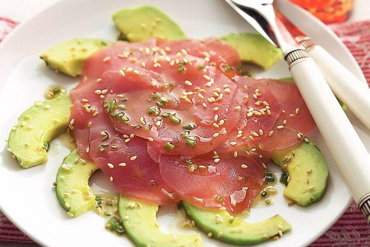 Kijk wat een lekker recept ik heb gevonden op Allerhande! Avocado met tonijncarpaccio