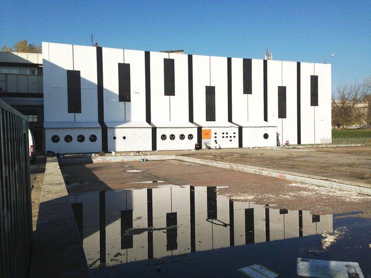 Audiomural na NCK i jego odbicie w deszczówce zgromadzonej w basenie dla modelarzy. AudioMural NCK 800 m2 ||| 12 days ||| 17 people ||| Nowa Huta Cultural Center in Cracow, Poland ||| October 2013