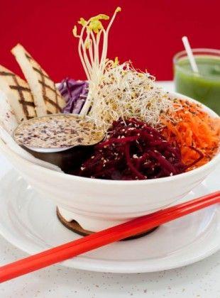 Bol Dragon et sauce - Aux Vivres -  betterave râpée, carotte, chou rouge, daïkon, laitue, pousses, goémon, graines de sésame grillées, sauce dragon  tofu grillé