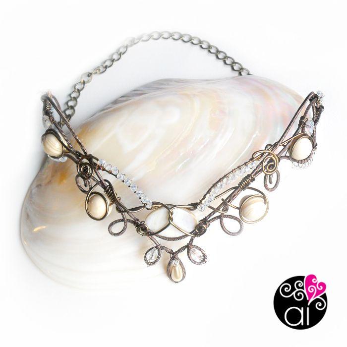 Coroncina Sposa Wire Wrapping - Tiara con disegno di ispirazione Liberty e Fantasy, ricorda i nodi celtici - con cristalli, madreperla bianca, perle avorio.
