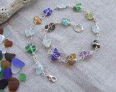 La forma dell'acqua nel girocollo con piccoli frammenti di vetro di mare multicolor.