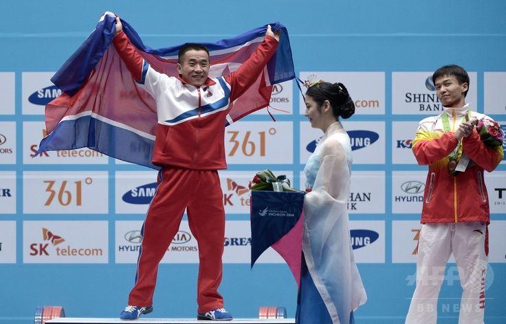 第17回アジア競技大会(17th Asian Games、Asiad)重量挙げ男子56キロ級。金メダルを獲得し歓喜する北朝鮮のオム・ユンチョル(Om Yun-Chol、中央、2014年9月20日撮影)。(c)AFP/ROSLAN RAHMAN ▼21Sep2014AFP 北朝鮮選手、男子重量挙げ56キロ級世界新で金 アジア大会 http://www.afpbb.com/articles/-/3026572 #Incheon2014