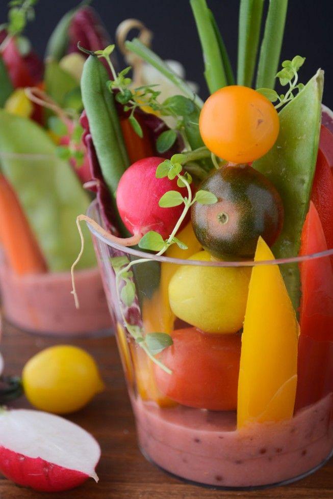 eine einfache Möglichkeit, Salat zu einer Masse zu dienen - einzelne Salatschalen mit Rhabarber-Vinaigrette. Ohne Honig vegan