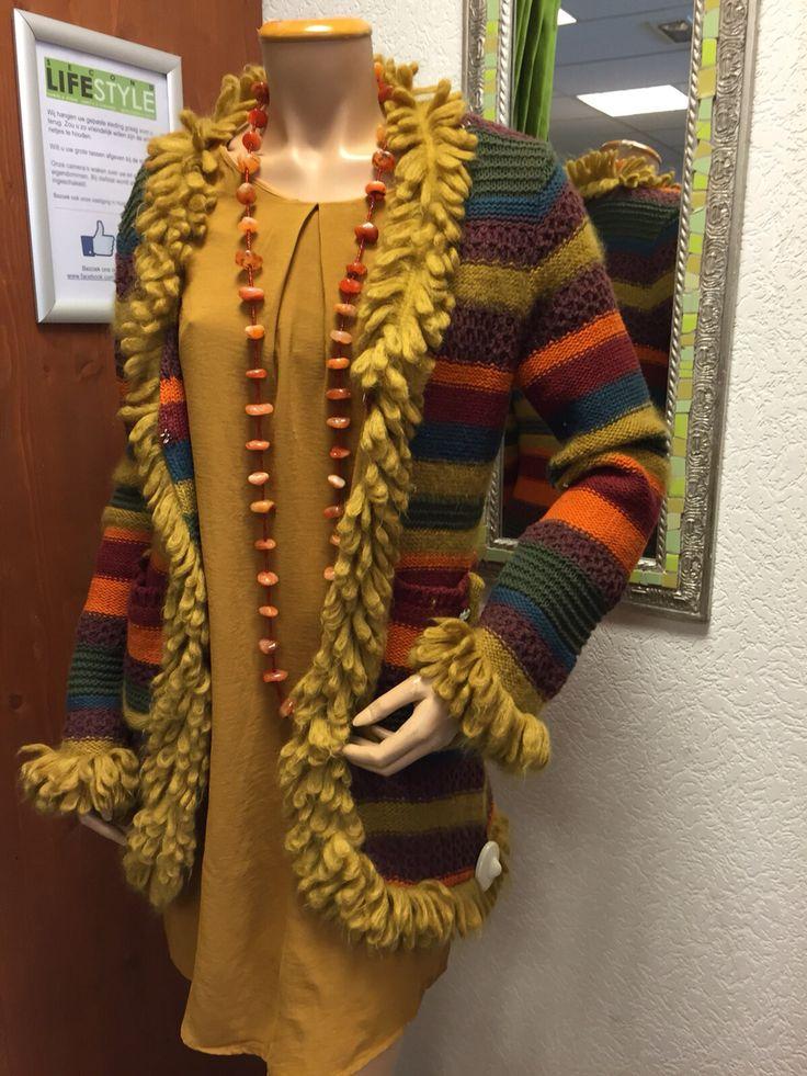 Kleurrijk vest van Replay met daaronder mosterdgeel jurkje van de H&M. Topset!