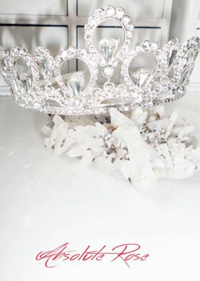 Кристална корона за коса Elizabeth Absolute Короната има великолепен блясъкот първокласни кристали, подходяща както за индивидуална употреба, така и за прикачване към воал.