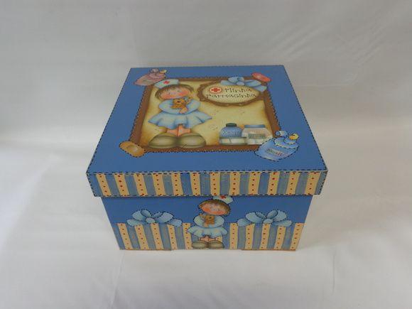 Caixa em MDF, pintada e decorada em decoupage, para remédios. Na parte interna tem bandeja, divisões para miudezas.  Confecção Atelier da Ponte R$ 48,00