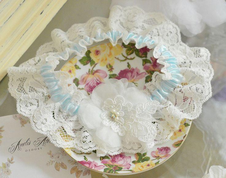 Koronkowa podwiązka z kwiatem.  Romantyczna koronka udekorowana pięknym kwiatem z delikatnej organzy.   Dostępna w butiku Madame Allure!