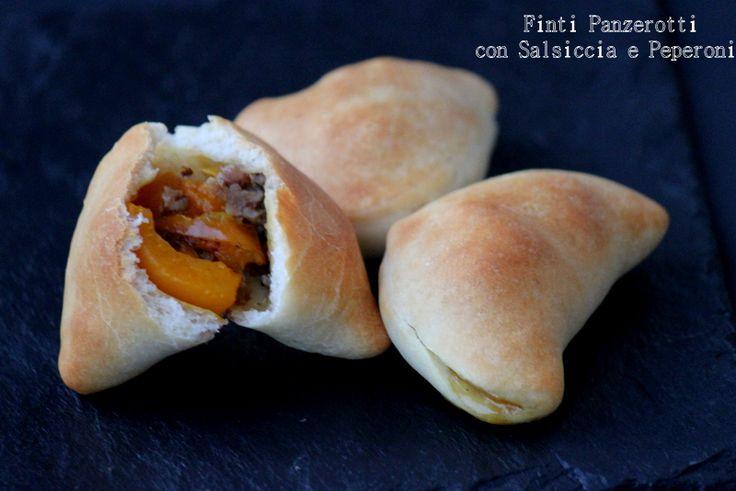 Simil panzerotti con salsiccia e peperoni http://www.ungiornosenzafretta.ifood.it/2015/05/simil-panzerotti-con-salsiccia-e-peperoni.html#more-23880