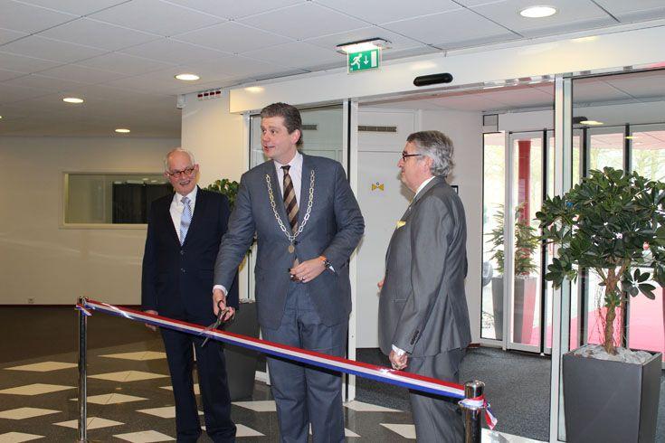 De burgemeester van Veenendaal, Wouter Kolff, 'opende symbolisch' de gezamenlijke huisvesting van NOA en AFNL.