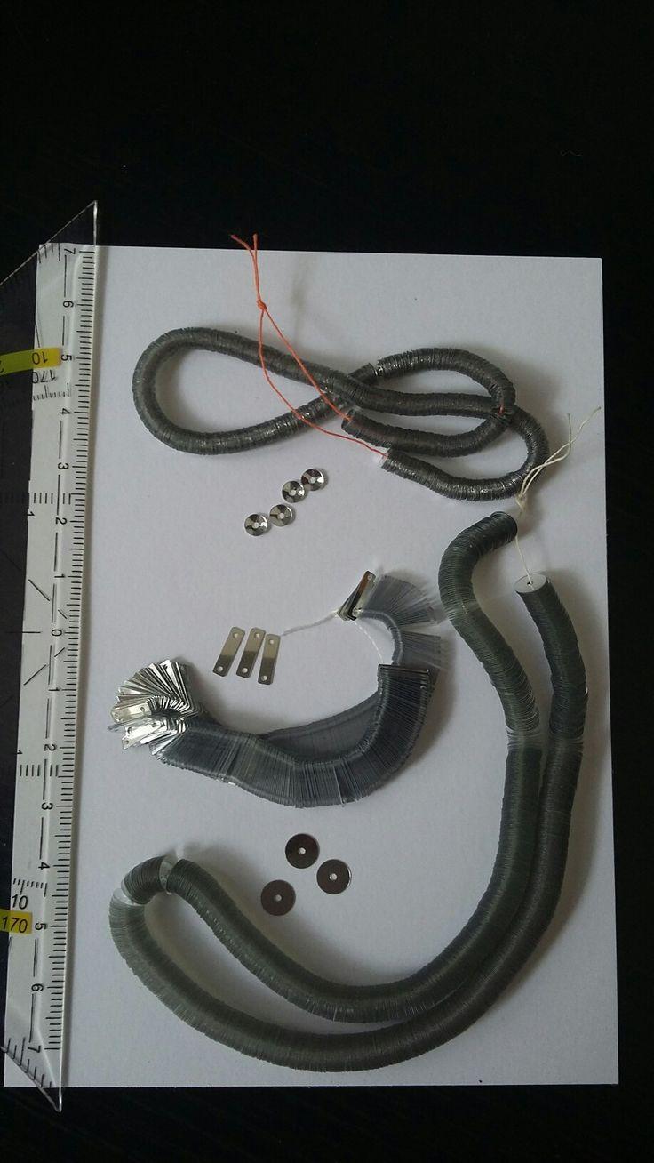 in het atelier zijn veel materialen voor broderie d'art te koop, zoals deze zilveren pailletten op draad