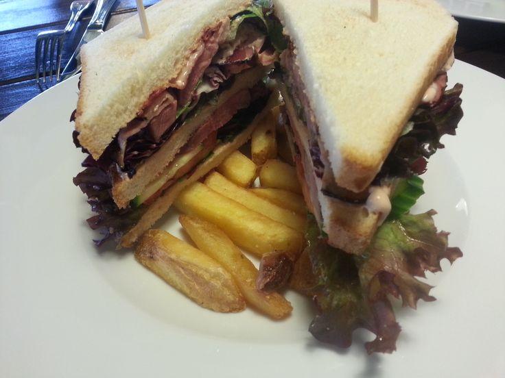 Club sandwich s grilovanými kachními prsíčky, variace salátů, čerstvá zelenina, slanina, pikantní dresink a bramborové hranolky. http://www.ukastanu.cz/branik