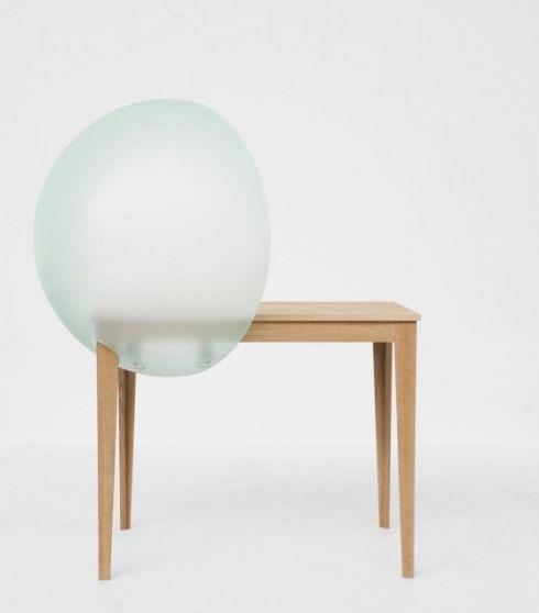 Sphere table by Hella Jongerius, uitgebracht door Vitra. De plexibol houdt geluid tegen, maar laat licht door. Ideaal voor open landschapskantoren.