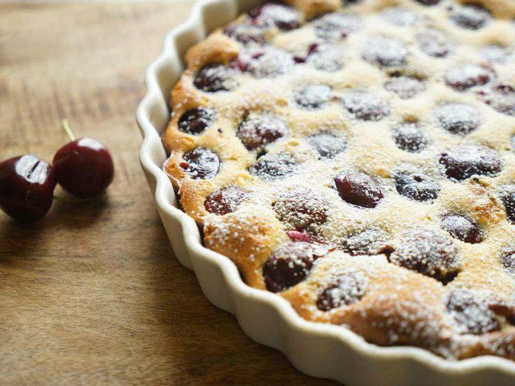 Met deze eenvoudig te maken Franse kersentaart, ook wel bekend als kersenclafoutis, halen we de zomer in huis. Het mooie is, iedereen kan deze taart maken!