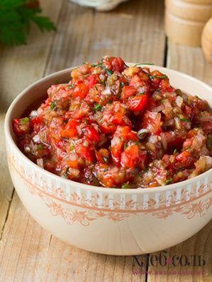 Смешать баклажаны с луком, заправить уксусом, добавить чеснок и зеленый лук. Подавать на хлебе или листьях любого салата.