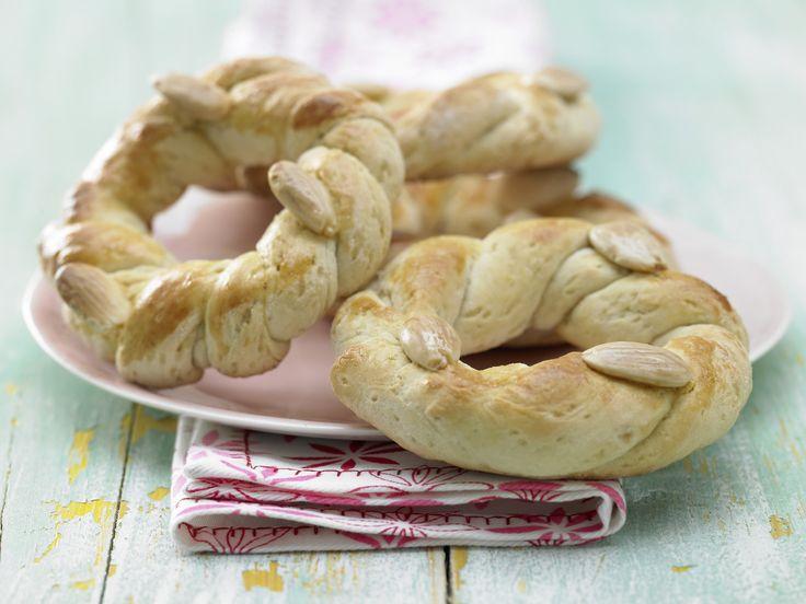 Tolle Knabberei: Kleine Osterkränze mit Mandeln - smarter - Kalorien: 267 Kcal - Zeit: 25 Min. | http://eatsmarter.de/rezepte/kleine-osterkraenze