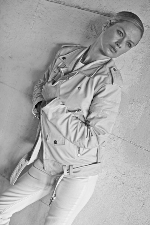 """THE WOMEN'S LEATHER JACKET 8.  CAROLYN MURPHY PHOTOGRAPHED BY JOHAN ON THE FDR IN NEW YORK.      """"THE NEW WOMENSWEAR JACKET  COMES IN WHITE LAMB'S LEATHER, WHICH IS GREAT WITH A PAIR OF WHITE JEANS 6."""" - JOHAN LINDEBERG"""