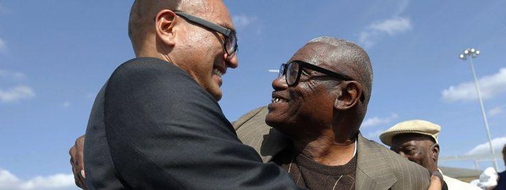 Als der 65 Jahre alte Wilbert Jones (rechts) am Mittwoch das Gefängnis in Baton Rouge verließ, wurde er von Verwandten und Juristen des Vereins Innocence Project empfangen.