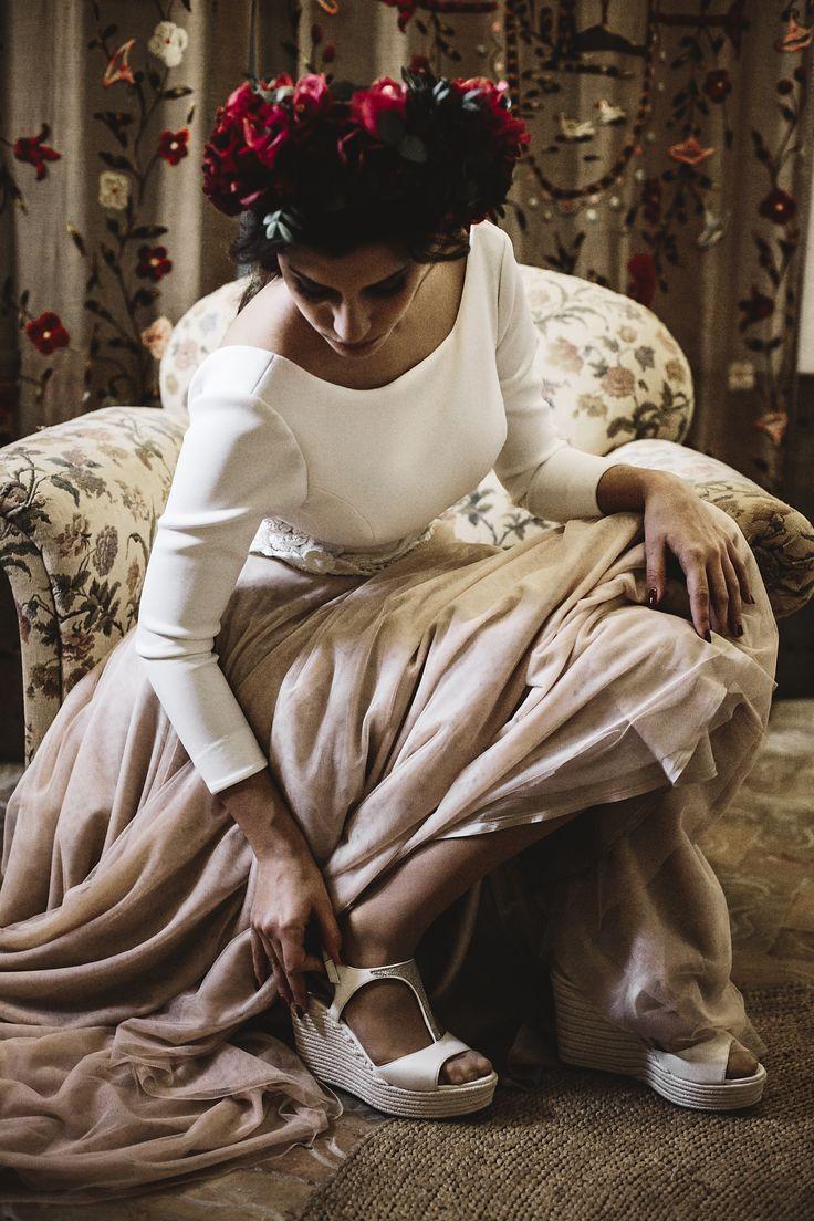 Pintura, artesanía, costumbres, leyendas y música, son algunas referencias que nos han inspirado para crear este editorial de moda. Os presentamos a una novia étnica, tribal, con raíces multiculturales que nos ofrece una combinación triunfadora y diferente. Las flores naturales, de colores vivos, potencian la belleza de un moderno vestido de cuerpo de neopreno y …