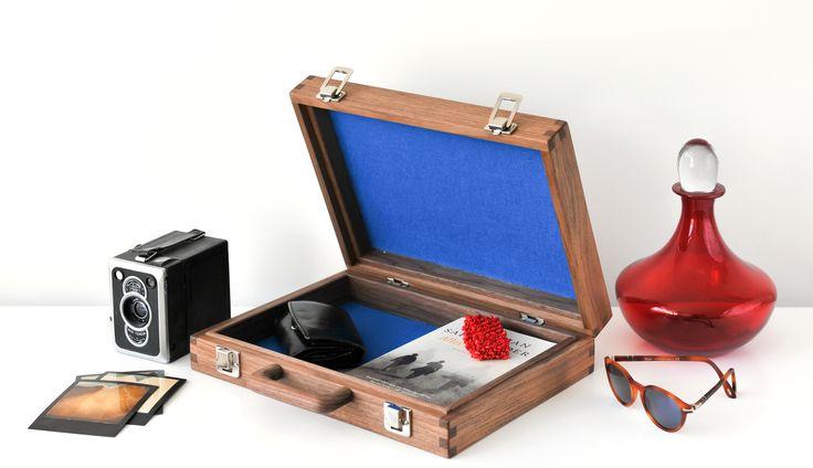 Klein houten koffer van massief notenhout handgemaakt door meubelmaker Theo Ruigrok. Functioneel dutch design van Nederlandse vakmensen tref je bij Goeters.nl