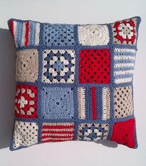 Almofada em crochê com quadradinhos diferentes