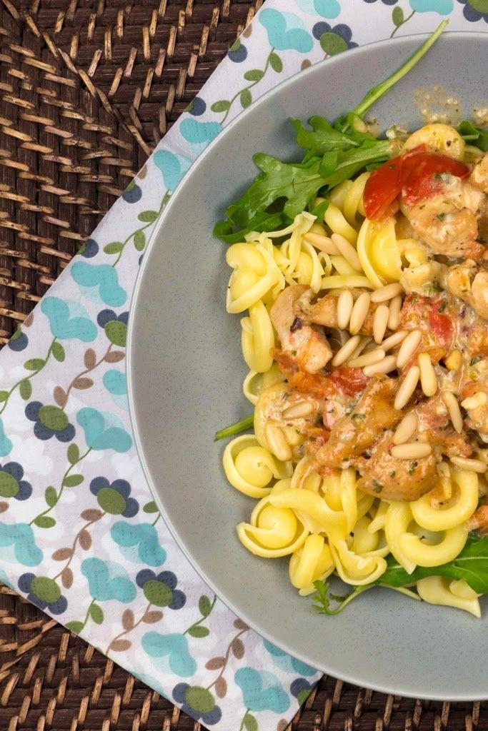 Nudeln mit Gorgonzola-Sahne-Soße, Hähnchen, Tomaten und Pinienkernen