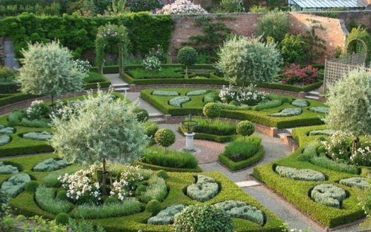 På Littlethorpe Manor i Yorkshire finns en intressant fransk trädgård med silverpäron.